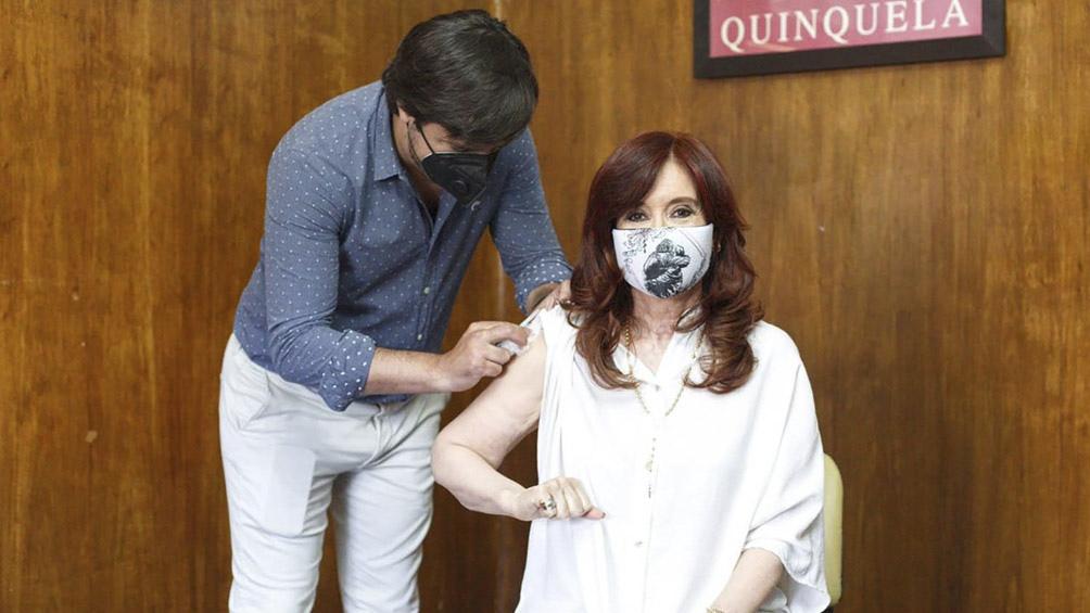 La vicepresidenta se inmunizó con la primera dosis de Sputnik V y llamó a vacunarse