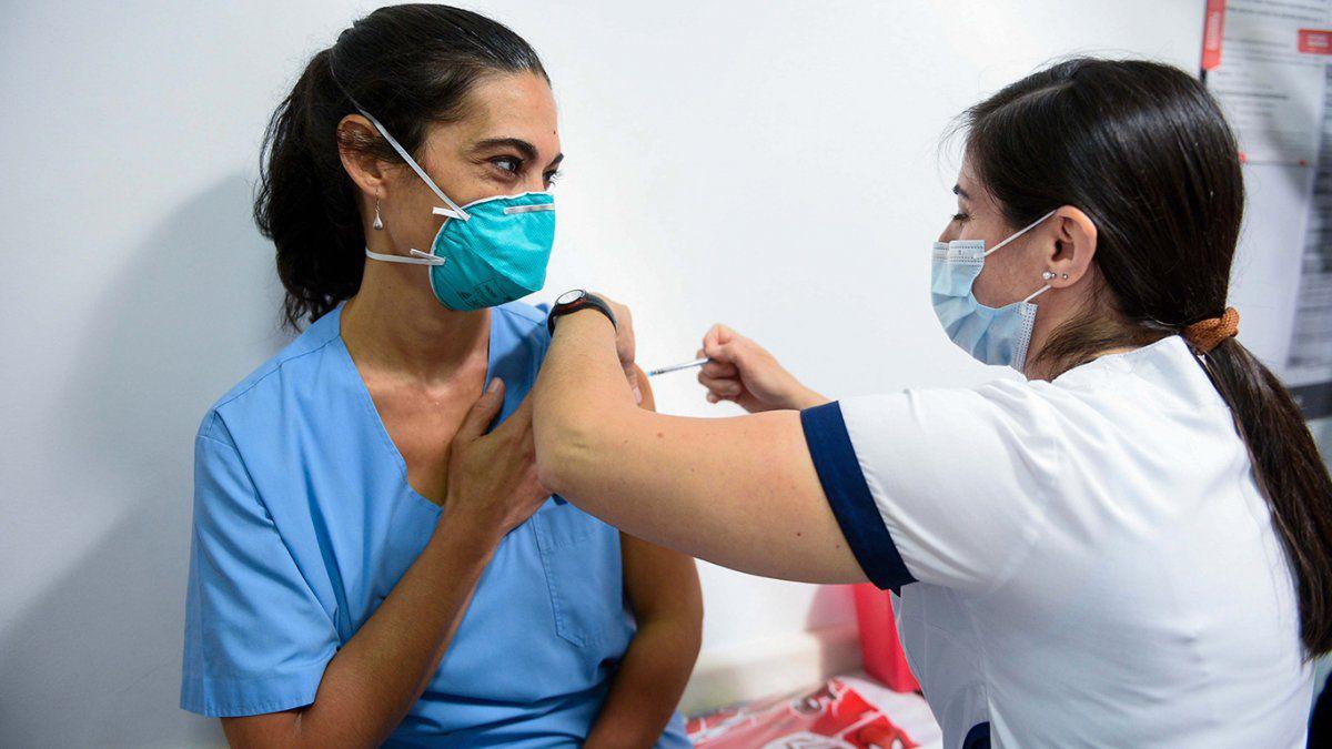 Analizan vacunar masivamente con la primera dosis y diferir la segunda para después de marzo
