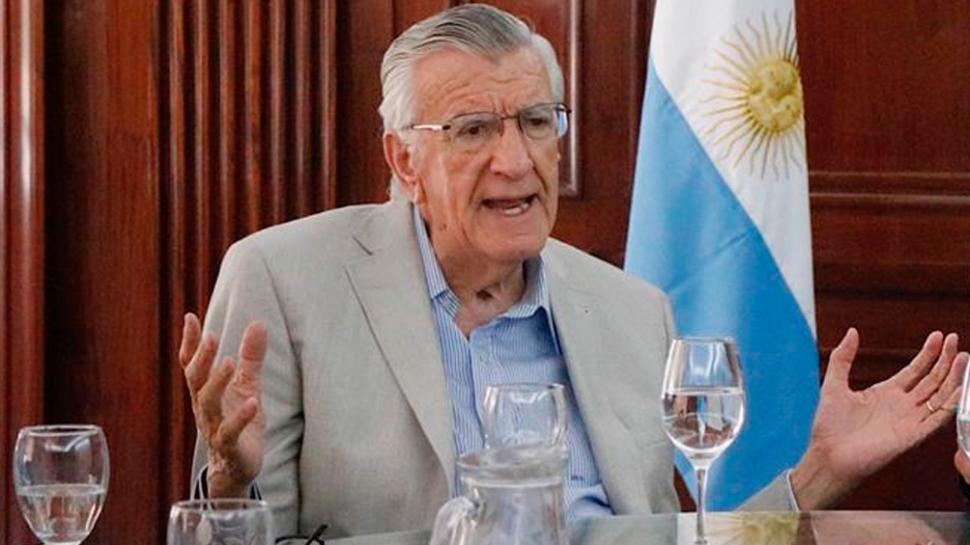 Gioja respondió con ironía a los dichos de Macri sobre Perón: «Estaba mal sentado en la reposera»