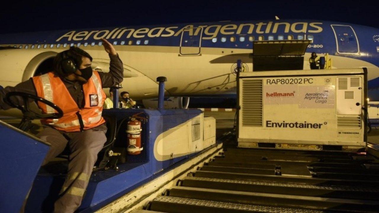 Diez vuelos de Aerolíneas Argentinas traerán 8 millones de vacunas desde China